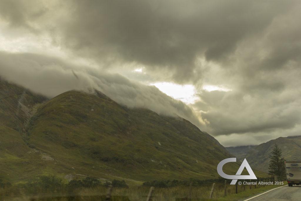 Donkere wolken over de bergen